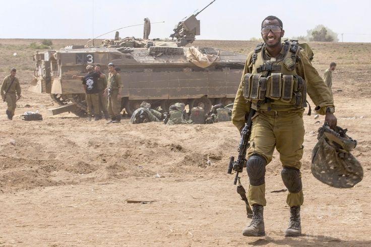 パレスチナ自治区ガザ(Gaza)地区での戦闘後、境界付近のイスラエル軍拠点に帰還する兵士(2014年7月25日撮影)。(c)AFP/JACK GUEZ ▼25Jul2014AFP|ガザ戦闘の死者、イスラエル軍33人に パレスチナ側800人超 http://www.afpbb.com/articles/-/3021541