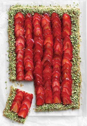 Strawberry-Pistachio-Tart Dat ziet er nog eens lekker uit; aardbeien pistache taart