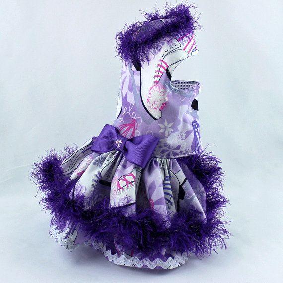 * Perro vestido de la manera, perro * Perro arnés vestido, hecho a mano * Perro características de vestido de Navidad un patinaje imprimir en algodón morado * Vestido para perros pequeños está decorado con hilado borroso que es crochet al vestido * Acentuado con una cinta púrpura y
