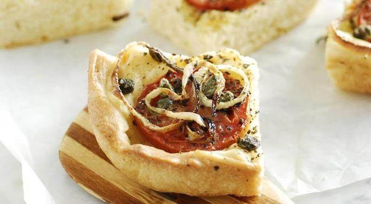 Ладения — греческий пирог с луком и помидорами