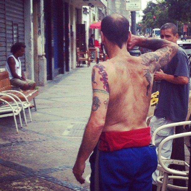 """""""l'homme sans chemise et ses tatouages"""",Rua do Lavradio — 2012"""