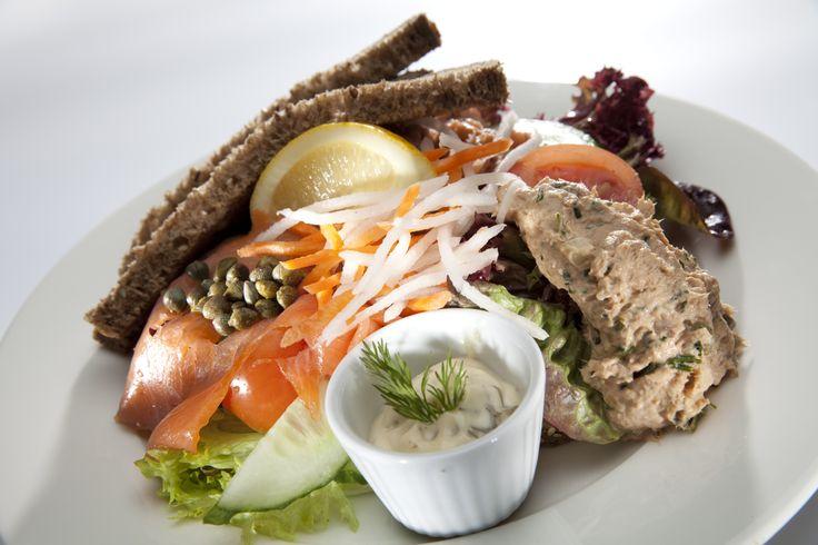 Vissersverdriet. Zo heet een rijk gevulde maaltijdsalade; één van de toppers op de kaart van Sallo's broodjes en brasserie in Den Haag. Het is een salade met brood, Noorse zalm, Hollandse garnalen en tonijn.