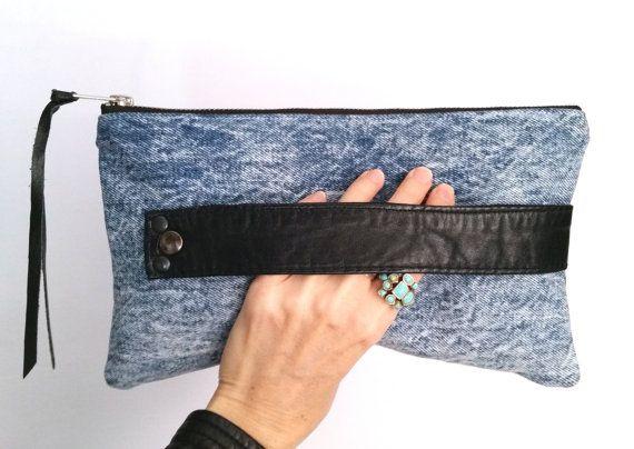 Embrague del dril de algodón reciclado. Bolso de Jean lavado ácido. Cuero negro reciclado. Embrague cuero. Listo para enviar.
