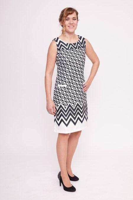 Dit mouwloze witte jurkje heeft een originele zwarte grafische print. Het jurkje heeft zakken op de heupen, een blinde rits aan de achterkant en een voering.