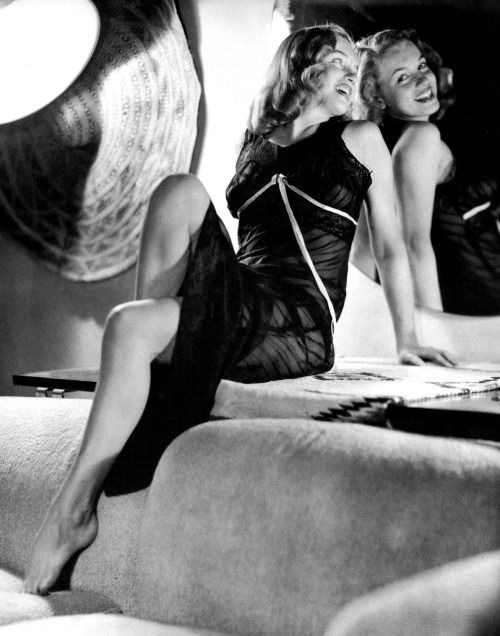 Marilyn Monroe photographed by Earl Moran.