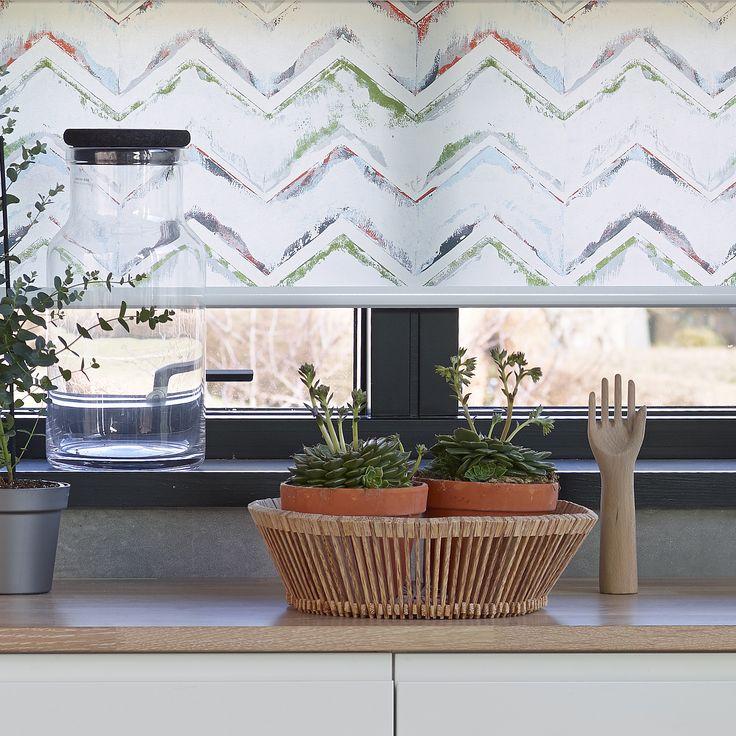 Zigzag design. Nyhed fra Luxaflex. Miks mønstre på tværs i boligen og opnå din helt personlige stil. #rullegardin #design #vinduer #lys #inspiration #bolig #boligindretning #lysindfald #gardiner #glas #botanik #sukulenter