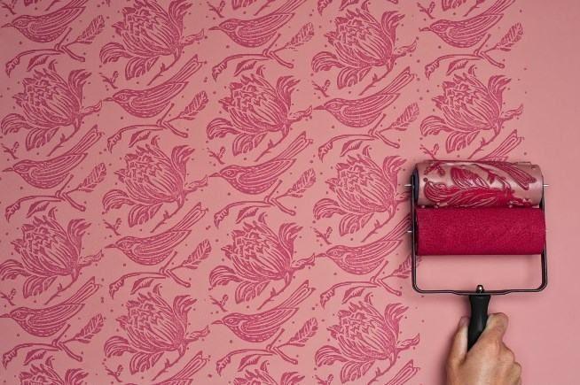 Conheça o rolo texturizado que imita papel de parede. (Foto: Divulgação)