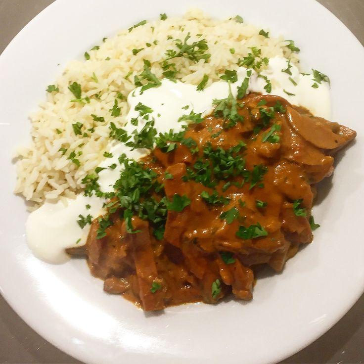 Dagens middagslåda på dagens jobbkväll;  Gårdagens ihopsnickrade korv stroganoff (recept längre ned i min feed), med kokt ris, gräddfil & finhackad persilja!👨🍳😀👍👌❤😍🌭🍚