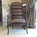 le voltaire de Mr D trouvera sa place dans le salon accompagné d'un tapis gris clair et d'un canapé moderne en tissu gris...