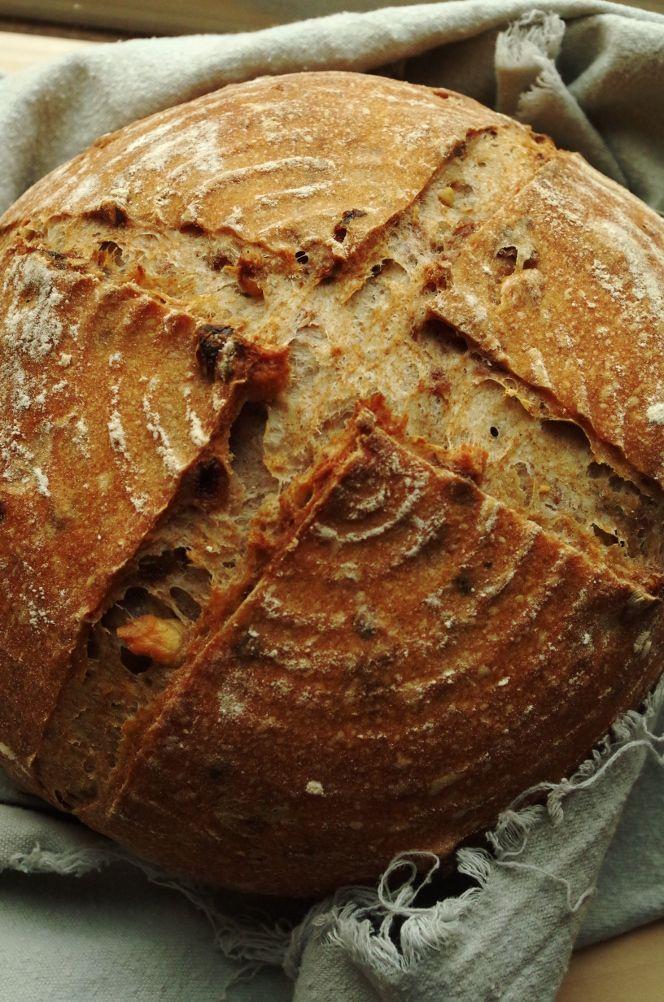 Этот хлеб из разряда тех, которыми нельзя не поделиться, когда буханка еще теплая, а половину уже кто-то съел, и мысли закрадыаются еще раз повторить рецепт. Мне в последнее время стал нравиться хлеб со всевозможными добавками, с сухофруктами и орехами, поэтому в этом рецепте есть и то, и другое, и несколько видов муки, и своя домашняя пшеничная в том числе.