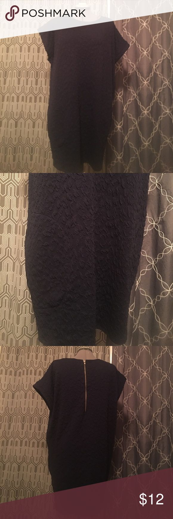 Navy sack dress The GB navy textured sack dress is such a easy throw on piece! Never have to iron it! Half exposed zipper in the back and pockets! Gianni Bini Dresses