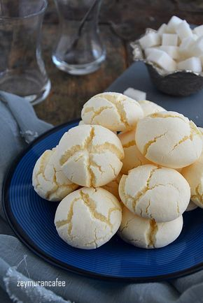Nişastalı Beyaz Kurabiye Tarifi Nişastalı beyaz kurabiye tarifi ağzınıza aldığınızda hatta elinize aldığınızda bile dağılıp giden nefis, son derece kolay ve pratik kurabiye tariflerinden bir tanesi. Piştiği zaman bembeyaz üzeri çatlaklarla dolu güzel bir kurabiye ile karşılaşacaksınız nişastalı kurabiye, nişastalı çatlak kurabiye, nişastalı kurabiye tarifleri, kurabiye tarifleri