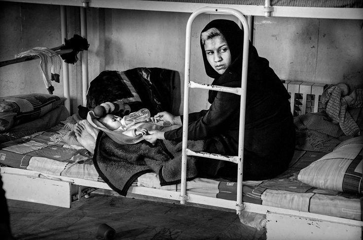 Le detenute possono tenere in cella i loro figli finché hanno due anni. Zahra si è sposata a 14 anni e ha due figli. Ora ha 17 anni ed è in carcere per aver rubato dei cellulari. È la terza volta che viene arrestata. - (Sadegh Souri)