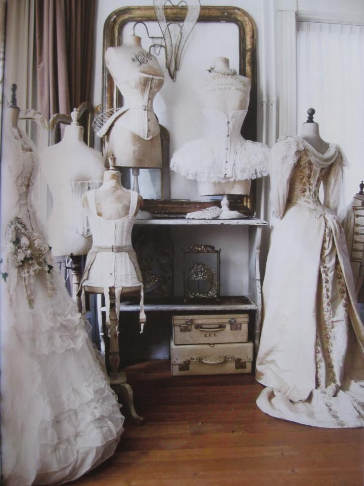1000 images about dress forms and corsets paspoppen en for Wedding dress display at home