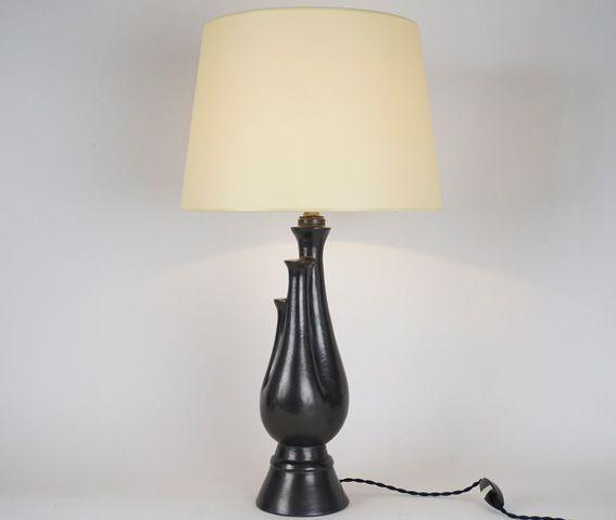 Lampe en céramique noire mate XXème siècle  Hauteur avec abat-jour : 59 cm