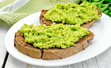 (Zentrum-der-Gesundheit) – Avocados zählen zu den gesündesten Fettquellen und zudem liefern sie auch noch eine Menge wertvoller Vitalstoffe. In Kombination mit den eiweissreichen Cashewkernen sowie den Vitamin C- und mineralstoffreichen Paprikaschoten ist dieser Aufstrich nicht nr äusserst lecker, sondern ebenso gesund.
