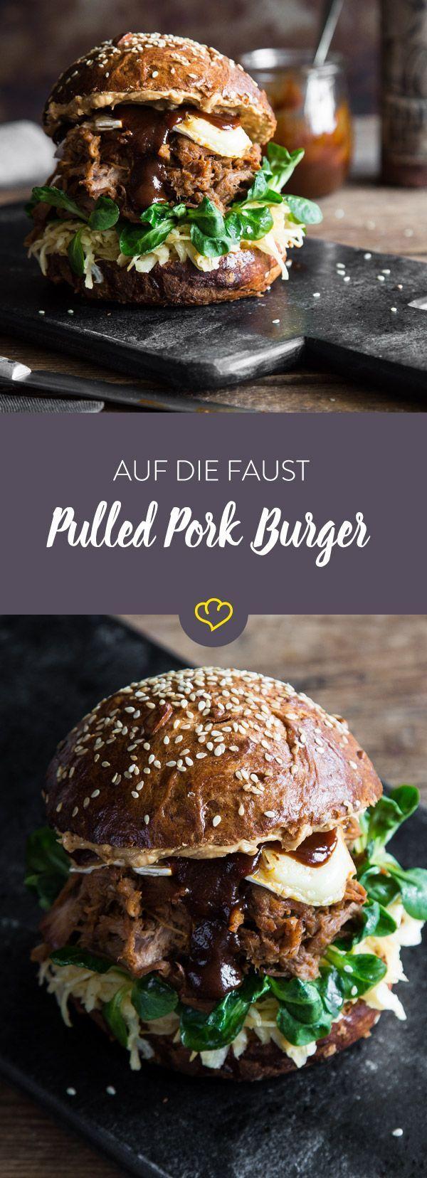 Es geht doch nichts über einen saftigen Pulled Pork Burger. Dieser kommt mit Kraut, Feldsalat, altem Camembert und Erdnussbutter.