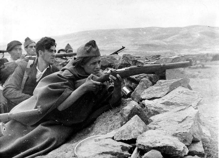 Una miliciana, en la primera línea de la sierra de Guadarrama, en Madrid, el 25 de julio de 1936, poco después de iniciada la Guerra Civil.