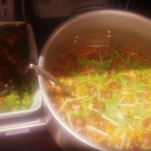 「肉団子つぶしのマスタード炒め&中華風肉団子あんかけスープ」。 ある人が揚げすぎて出せなくなった大量肉団子で至急賄い。 マスタード炒めには鶏肉追加によって鶏脂出させる。中華スープには野菜やチキンスープ、和だしで力借りて旨味を宿るように……揚げすぎた肉団子じゃと旨味なくし皮のようなカリカリしかないし厳しいなーと思考思案したらこうなった笑 #賄い #まかない #白飯 #白いごはん #肉団子 #マスタード炒め #鶏肉 #中華風 #あんかけスープ #あんかけ #旨味 #力借りて #宿る #揚げすぎ #カリカリ #オリジナリティ #思考思案 #スープ #ごま油 #肉 #大人数 #料理 #cooking #board #大量 #味
