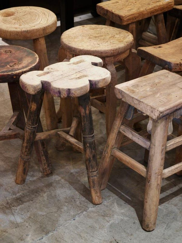 Oude houten krukjes.