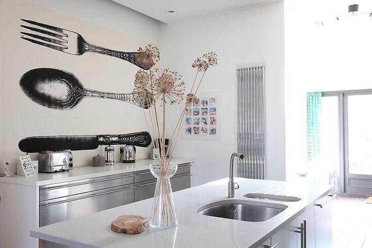 Propuestas low cost para renovar la cocina con papel pintado. Ideas sencillísimas para lograr una decoración más estilosa y que puedes hacer tú mismo.