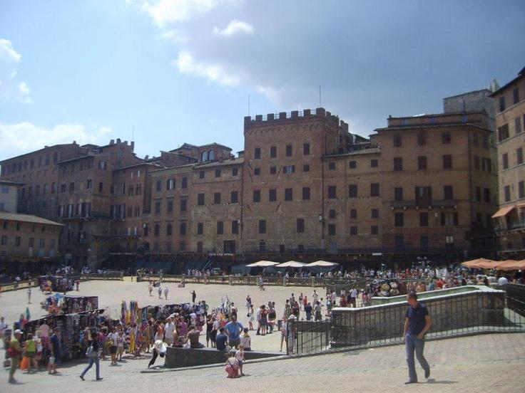 Burada çıkıp Piazza del Campo'ya gidiyoruz. Aynı zamanada İl campo da deniyor. Avrupanın en büyük ve çekici meydanlarınadan biri.Yarım ay şeklinde, etrafı kafelerle dolu. Meydanın tam karşısında Palazzo Publico var... Daha fazla bilgi fotoğraf için; http://www.geziyorum.net/siena/