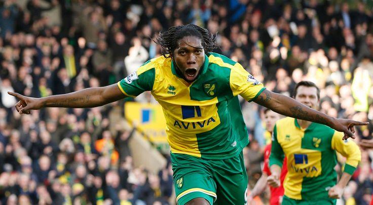 Dieumerci Mbokani oslavuje, keď strelil prvý gól pre Norwich