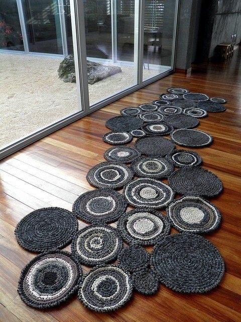 Koberec z háčkovaných kruhů