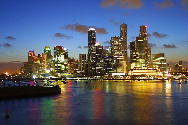 The glittering lights of the #Singapore #Skyline at night make you feel like you are really in a modern city!