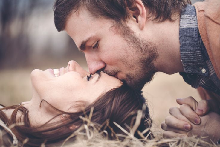 Upside Down Forehead Kiss Photo. #foreheadkiss #engagementphotos