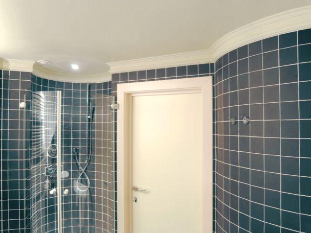In deze mooi betegelde badkamer wordt de overgang met het plafond mooi afgewerkt met een statige, verfijnde kroonlijst van Orac Decor, de C321. Meer flexibele toepassingen op www.discoveringdecor.be
