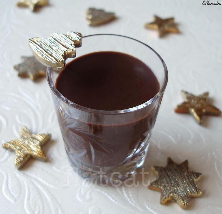 ChefViki karácsonyi VKF! kiírására a második felvonás: a likőrök! Hálás téma, minimális munkával (na és persze némi alkohollal) a maximális hatás elérése garantált. Szinte hihetetlen, hogy milyen lelkesedést tud kiváltani családunk tagjaiból némi csokoládés kortyolgatni való! (na és persze az alkohol…) Szintén jó egy héttel előre elkészíthető, csak ezután hűtőben kell tárolni. Kétféle változatban készült, …