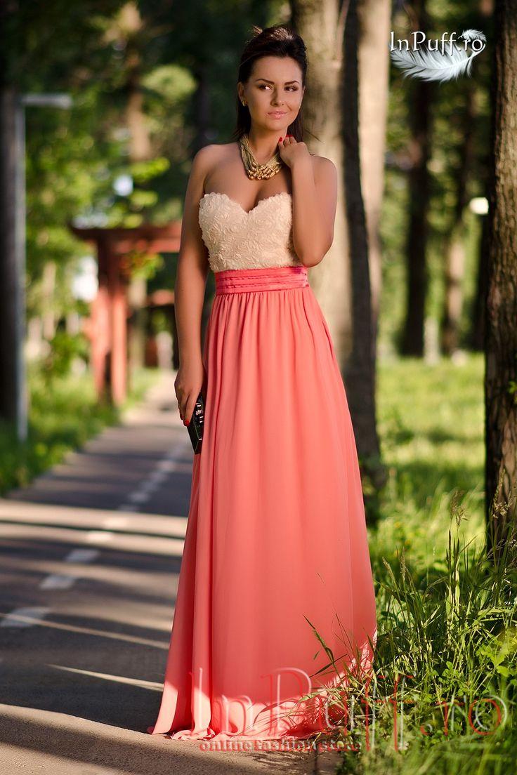 Rochie lunga de seara pentru femei, de culoare crem piersicuta. In partea de jos are voal, iar in partea de sus broderie crem. Braul este de culoare piersicuta inchis. Spatele este gol si se incheie cu fermoar lateral. Bustul este buretat cu push-up.