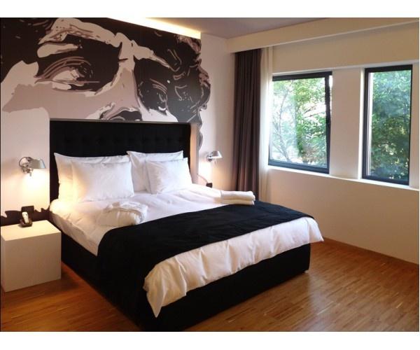 Sarroglia Hotel se afla  in centrul Bucurestiului, pe strada Vasile Lascar. Atmosfera este primitoare  si serviciile  conform  celor 4 stele ale hotelului. http://www.hotel-bucuresti.com/hoteluri/hotel_sarroglia-137.html |