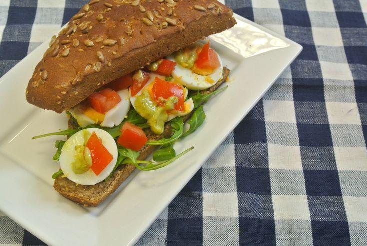 Zin in een smakelijk broodje voor de lunch? Probeer dan dit broodje eens met pesto-mayonaise, plakjes ei en tomaat en rucola. Tijd: 10 min. Recept voor 2 broodjes Benodigdheden: 2 eieren 1 tomaat 2 eetlepels mayonaise 2 theelepels pesto 10 gram rucola 2 pistoletjes/broodjes Bereidingswijze: Begin met het opzetten van een pannetje water voor het …