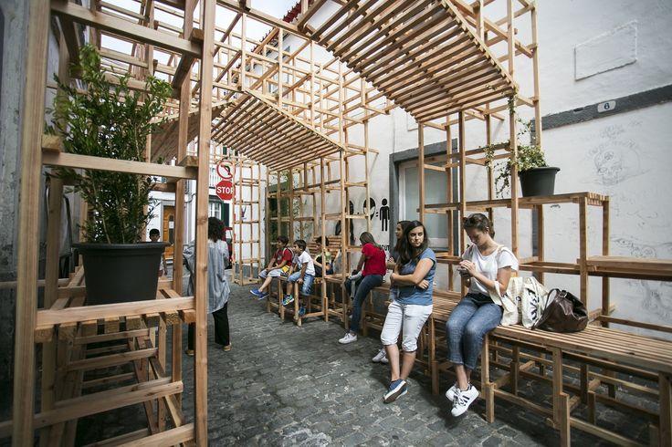 Estúdio Orizzontale cria instalações de madeira nas ruas dos Açores