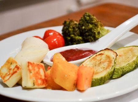 Salada de Legumes Assados com Queijo Coalho e Molho de Amoras - Veja mais em: http://www.cybercook.com.br/receita-de-salada-de-legumes-assados-com-queijo-coalho-e-molho-de-amoras.html?codigo=115664
