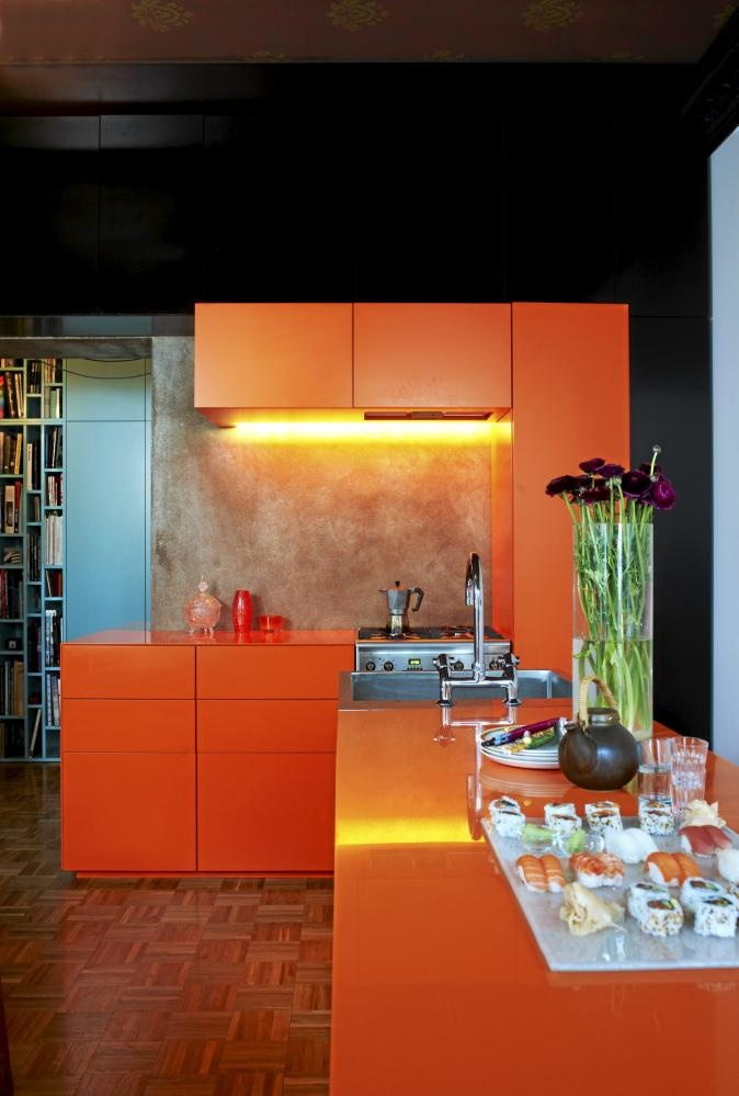 Oranje keuken met zwarte en blauwe muren