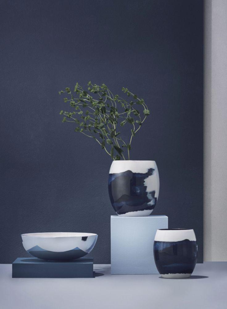 Stockholm serien er inspireret af farverne, overfladerne og mønstrene fundet i den svenske skærgård og Østersøen. Hvert mønster er håndlavet, hvilket giver hver skål og vase sit eget udtryk.