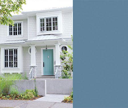 Couleur de porte d'entrée pour une maison de style Cape Cod  Un turquoise très serein pour la porte d'entrée ajoute une touche douce et colorée, donne le ton et complète à merveille un revêtement gris pâle. Avec le bardage de marque James Hardie qui imite le cèdre, la finition tout en blanc et les fenêtres de type hublot, l'extérieur de cette résidence dégage une ambiance maritime et contemporaine invitante.  Cook's Blue (237), Farrow & Ball.