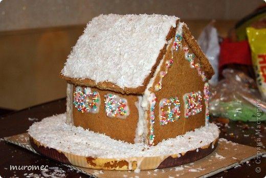 Год выполнения 2012. ----------------------------- За пару дней до Рождества предложил я другу, давай сделаем пряничные домики подругам (друг тоже всякие поделки любит делать) ему идея понравилась. --------------------------------------------------------------------- Делали домики вместе, но тесто месил, вырезал стенки, клеил и украшал свой домик каждый сам. фото 1