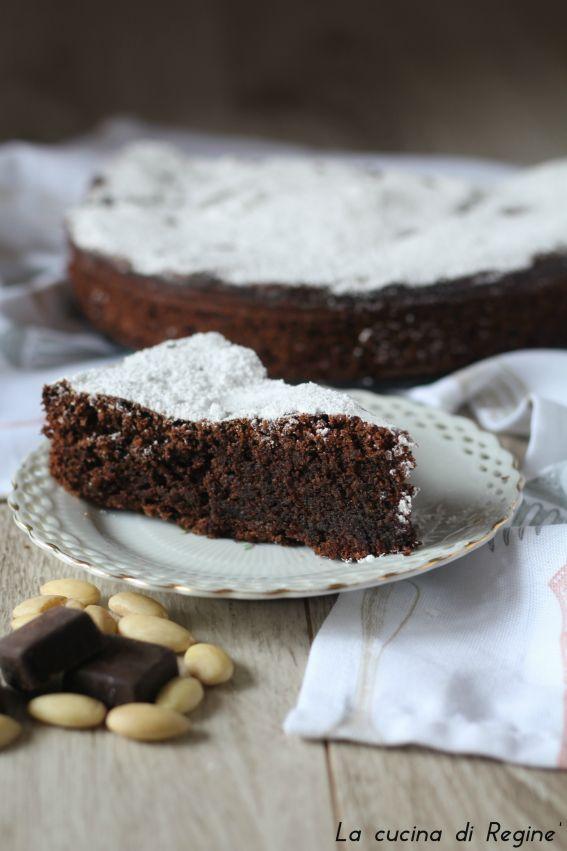 Torta Caprese un dolce tipico dell'isola di capri, senza farina a base d imandorle è un dessert umido e scioglievo al morso