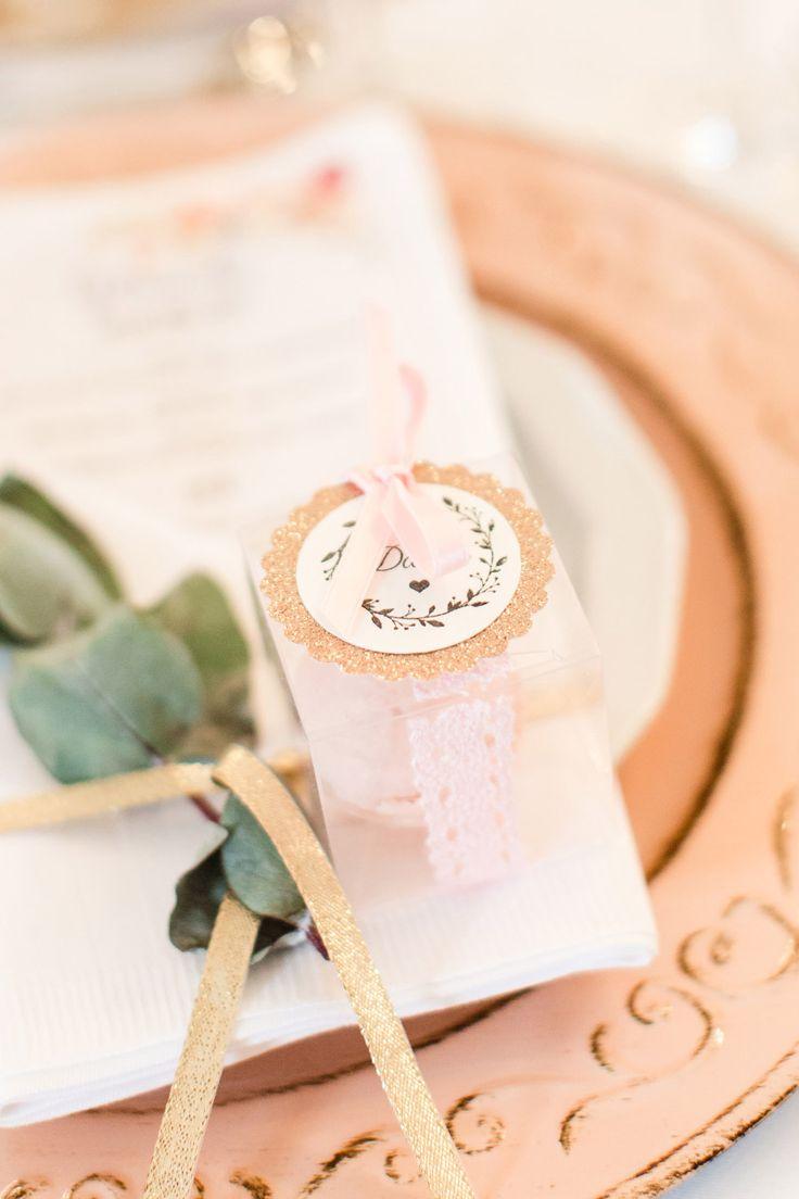 Hübsch verpacktes Gastgeschenk in einer transparenten Verpackung, mit Spitze umwickelt und mit einem hübschen Aufkleber mit Schleife verziert.  Foto: Marco Hüther