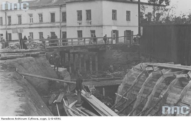 W 1937 lub 1938 roku powstał betonowy kanał, w którym zamknięto Czechówkę. Przepust zaczyna się przy ul. Wodopojnej (na zdjęciu). Dziś, zamiast płotu po prawej jest miejski parking a widoczna w tle kamienica stoi jak stała. Na parterze przybyło jej sklepów, a na dachu anten. Niewiele osób biegnących z ul. Lubartowskiej na targowisko lub dworzec PKS nie przypuszcza nawet, że biega nad rzeką.
