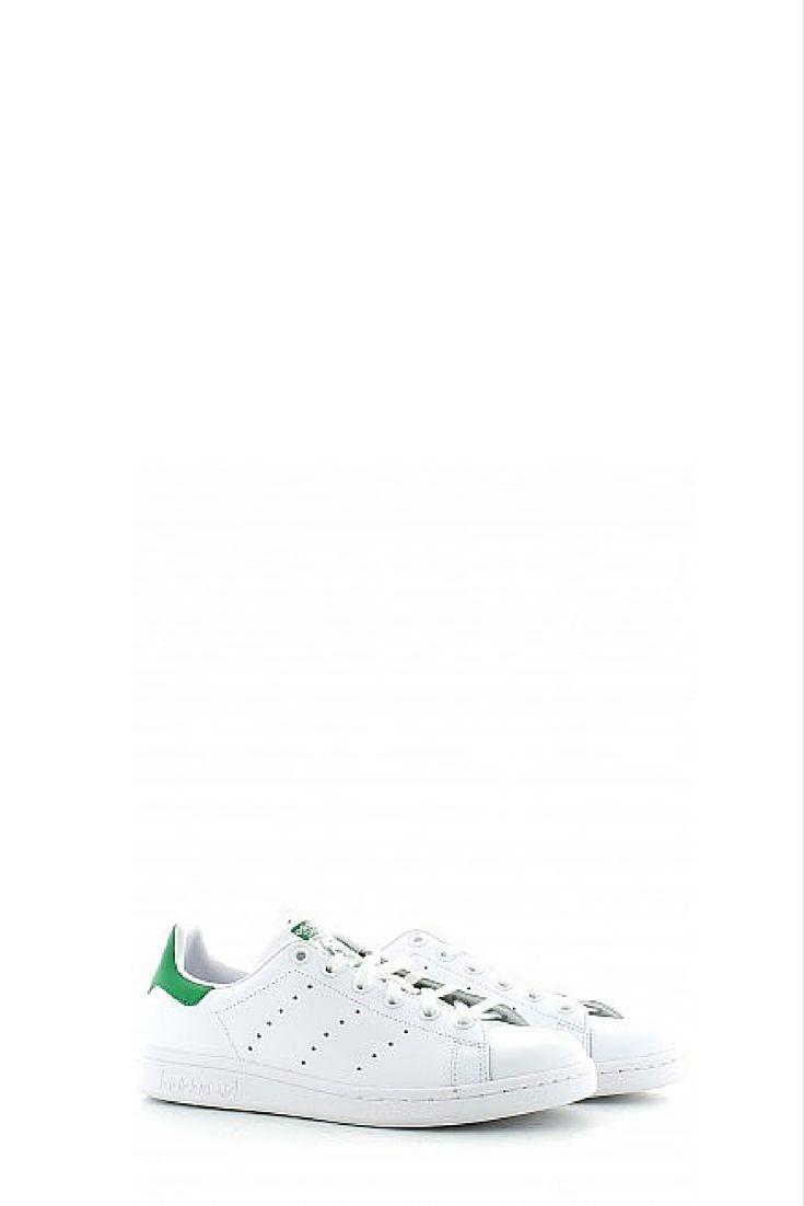 Create nel 1971 per la stella del tennis Stan Smith, queste scarpe dalle linee pulite conservano un posto speciale nella storia della moda. La morbida tomaia in pelle pieno fiore con 3 strisce traforate ai lati, il rinforzo sul tallone colorato e la suola in gomma tono su tono hanno reso queste sneaker low-top una vera e propria icona di stile. Le scarpe Adidas Stan Smith sono adatte ad ogni tipo di look, comode e glamour ora più che mai!