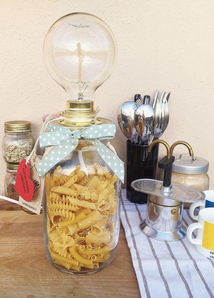 Lei è Edna, la lampada perfetta per la tua cucina. È colma di pasta e la lampadina industriale crea una meravigliosa luce tenue e calda.