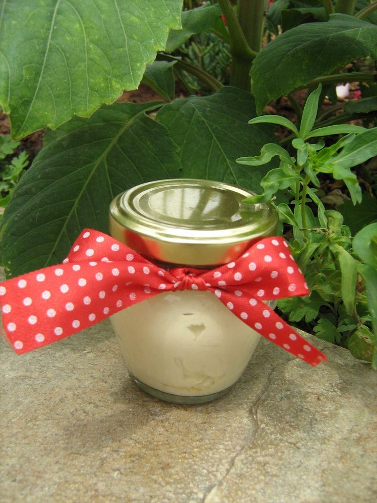 Η συνταγή αυτή είναι μια παραλλαγή της ενυδατικής κρέμας του Γαληνού (2ος αιώνας μ.Χ), της πρώτης κρέμας που φτιάχθηκε ποτέ. Ο Κλα...