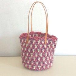 夏の日差しにも負けない元気でナチュラルなカゴバッグを麻紐を編んで作りました。下部に模様編みを、タンポポの刺繍をしました。水玉のコットンリネンで内布をつけました。すべて手作業で行っています。小さめですが、600mlのペットボトル、化粧ポーチ、財布、ハンドタオル、ティッシュが収まり、お出かけにぴったりです。■素材レモン色×ベージュ色の麻ひも、コットンリネン くるみボタン 緑色のコットン毛糸■サイズ縦:約20cm 底 横:約24cm まち 約6cm