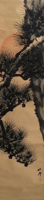 Antieke opknoping scroll: 'Rising Sun over oude Pine' - mooie gedetailleerde schilderij - verzegeld en ondertekend - Japan - ca. 1920  Opmerkelijk fijne handbeschilderd ga schilderen beeltenis van de rijzende zon over een oude grenenJapan ca. 1920.Ondertekend en verzegeld.Roller eindigt hout.Een heel mooi schilderij op papier.Afmetingen: (breedte x hoogte)Total afmetingen: ca. 42 x 198 (excl. roller eindigt)Schilderij afmetingen: ca. 30 x 134 cmGoede conditie voor haar leeftijd zie foto's…