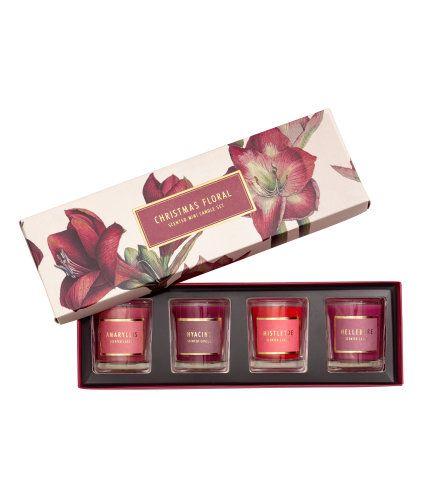 Rød/Jul Blomstret. Små duftlys i glasskrukker med etikett. Leveres i en pappeske med mønster. Inneholder følgende dufter: Amaryllis, Hyacinth, Mistletoe og